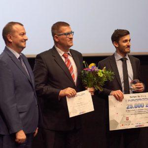 Krzysztof Stopa odbierając nagrodę