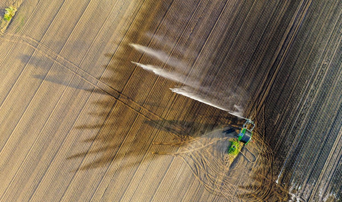 Precyzyjne nawadnianie deszczownicą z ujęciu drona.